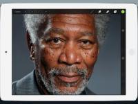 Fotorealistyczna twarz Morgana Freemana narysowana na iPadzie