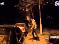 Pijany Azjata, atakuje z dwoma tasakami po ulicy, przechodniów
