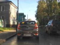 Wyprzedzaniu na osiedlowej drodze w Rosji