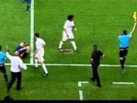 Mourinho próbuje kopnąć Cesca Fabregasa po faulu.