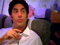 Sacha Baron Cohen pokazuje jak podrywać w samolocie