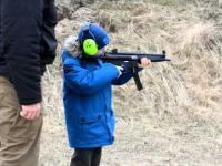 7-latek i broń palna