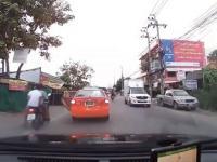 Nieogarnięta kobieta na drodze
