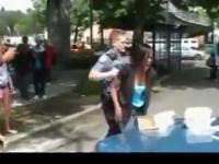 Dziewczyna uderzona przez policjanta