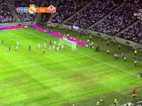 Kibic wbiegł na boisko w koszulce Cristiano Ronaldo - ochroniarze zgłupieli!