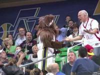 Maskotka Utah Jazz mści się na kibicu drużyny przeciwnej
