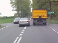 Niebezpieczny manewr wyprzedzania i duży fart kierowców.