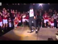 Taniec Kevin Prince Boateng (zawodnik A.C.Milan) po tym jak Milan wygral Wloska lige