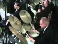 Szalony hebrajski perkusista na weselu.