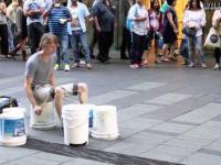 Uliczny perkusista grający na wiadrach