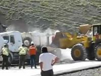 Robotnicy stawiają ciężarówkę