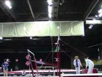 Trener łapie gimnastyczkę, i to dwukrotnie