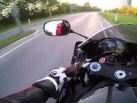 Co robi Motocyklista chwile po oślizgnięciu się koła ?