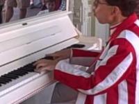 Niewiarygodnie szybkie grania na pianinie