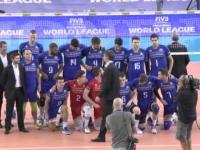 Rémi Gaillard pozował z reprezentacją Francji przed meczem Ligi Światowej