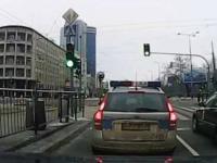 Policjant z Warszawy usiłuje przejechać staruszkę