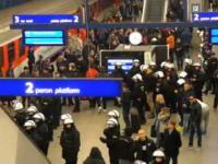 Narodowcy rozgrzewają się na Dworcu Centralnym w Warszawie