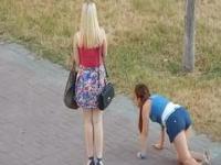 Pijane Rosjanki próbują wrócić do domu na czworaka