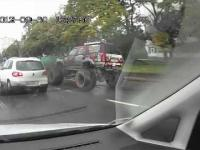 Monstertruck na drodze w Rosji