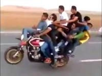 10 osób na motocyklu