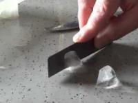 Demonstracja niesamowitych właściwości termicznych grafenu.