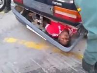 emigrant z afryki schowany w zderzaku