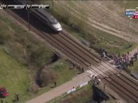 Pociąg zatrzymuje wyścig kolarski Paris - Roubaix 2015