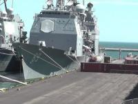 Bariera z kontenerów - ochrona przed atakiem terrorystycznym dla amerykańskich okrętów.