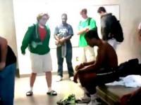 Rudy chłopaczek w klapkach wyzywa na rap pojedynek murzyna w szatni