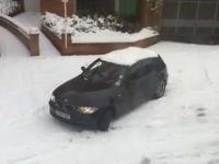 Kobieta, samochód i śnieg