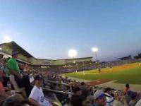 Fan baseballa łapie piłkę jednocześnie filmując