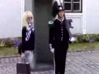 Dziewczyna wystraszona przez strażnika