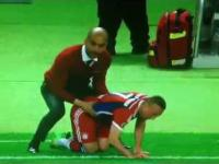 Co robił trener Bayernu swojemu zawodnikowi podczas meczu?