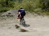 Blondynka na rowerze skacze do wody