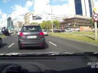 Dachowanie Skoda Fabia na skrzyżowaniu w Warszawie