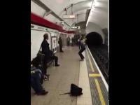 Ping-pong na stacji metra