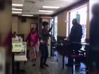 Kobiety leją faceta w lokalu