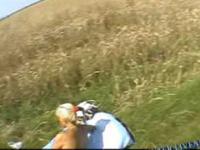 Ciekawe lądowanie przy prawie nagiej dziewczynie