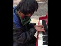 Bezdomny gra na pianinie