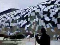 Fala spadających płatów lodu z dachu