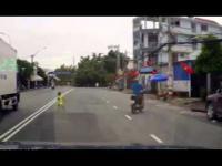 Szalony dzieciak przebiega przez ulicę