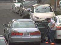 Próba kradzieży koła z zaparkowanej białej Hondy