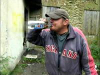 Endzio pijaczek pije denaturat i popala papierosem