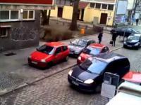 Dwie kobiety próbują zaparkować  samochód