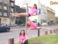 Polskie dziewczyny tańczą na znakach drogowych