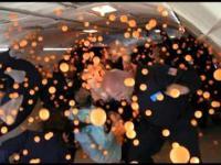 2000 piłeczek do ping-ponga, 30 osób i zero grawitacji