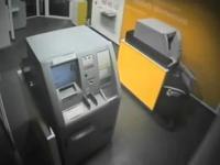 Niemcy: Facet okrada 5 bankomatów