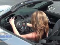 Kobieta próbuje urchomić samochód