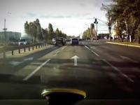 Pick-up taranuje na skrzyżowaniu