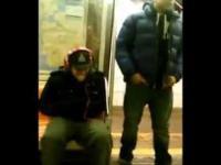 Murzyn kradnie słuchawki w metrze.